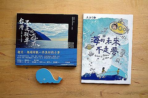 B:書《台灣不是孤單的存在》/《海的未來不是夢》任一本+鯨豚筆記本任2款